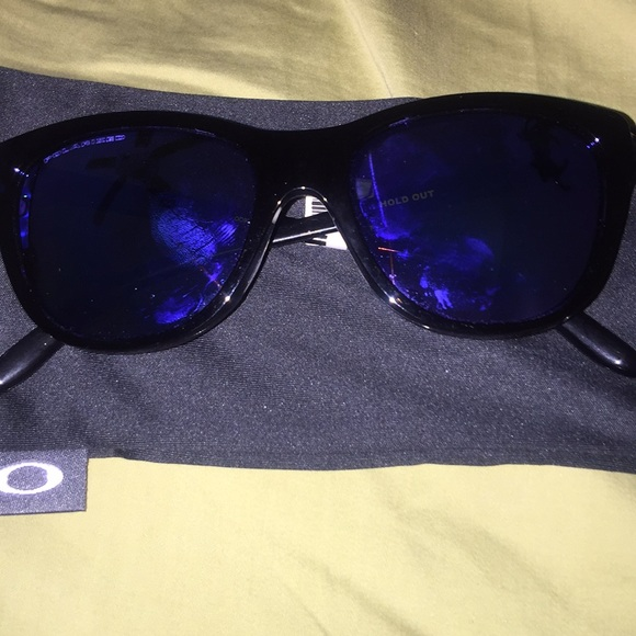 5c65678868 Oakley HOLD OUT blue polarized glasses. NWT  183